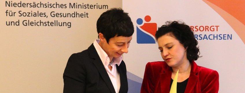 Elisabeth Sandbring und Solzialministerin Carola Reimann