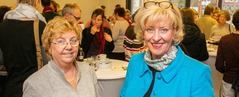 Irmgard Hollmann (rechts), Pflegedirektorin des Pius-Hospitals freute sich über die hochkarätige Gastrednerin beim ersten Pius-Pflegetag: Prof. Christel Bienstein, Pflegewissenschaftlerin und Präsidentin des Deutschen Berufsverbandes für Pflegeberufe (DBfK).