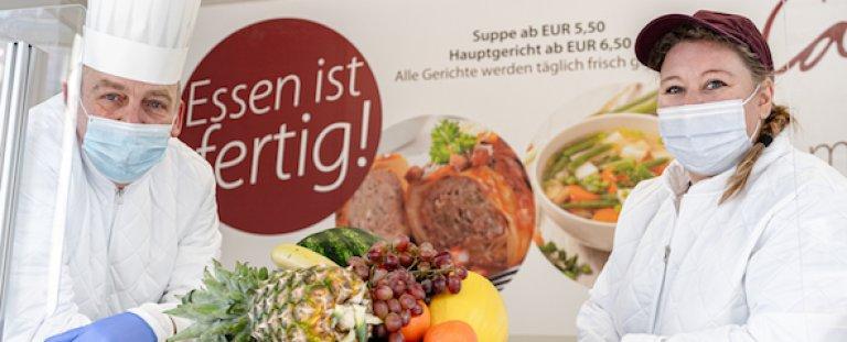 Essen ist fertig: Koch Andreas Fricke und Tanja Eisel, Mitarbeiterin der Cafeteria freuen sich ab Montag hungrige Gäste